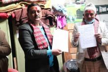 यस नगरपालिकाका नगर प्रमुख श्री पदम कुमार गिरी र  कर्णाली स्वास्थ्य विज्ञान प्रतिष्ठानका उपकुलपती श्री राजेन्द्रराज वाग्ले विच कोल्टी प्राथमिक स्वास्थ्य केन्द्रमा गुणस्तरीय सेवा दिने गरी भएको सम्झौताका तस्वीरहरु।